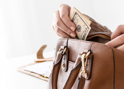 Credit 101: The College Student's Guide to Credit Cards | Credit card companies often go after college students, which creates an uncomfortable situation and potential debt for you. Read this guest post by Michelle Dixon so you can avoid making credit mistakes.