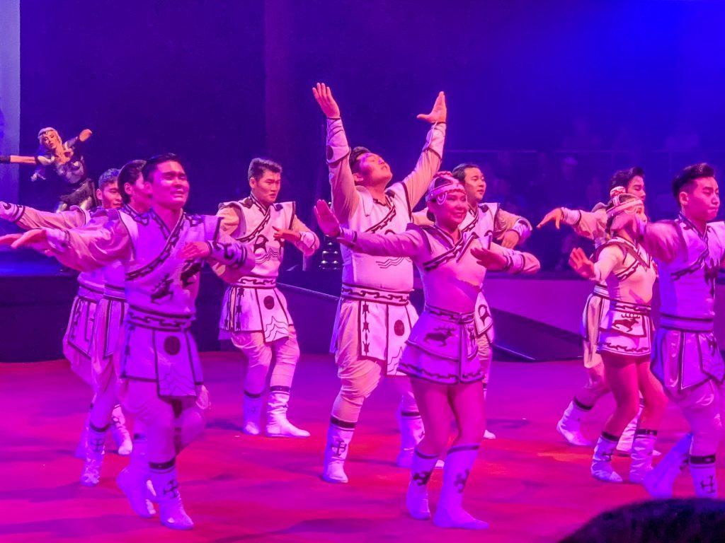 LUNARO performers